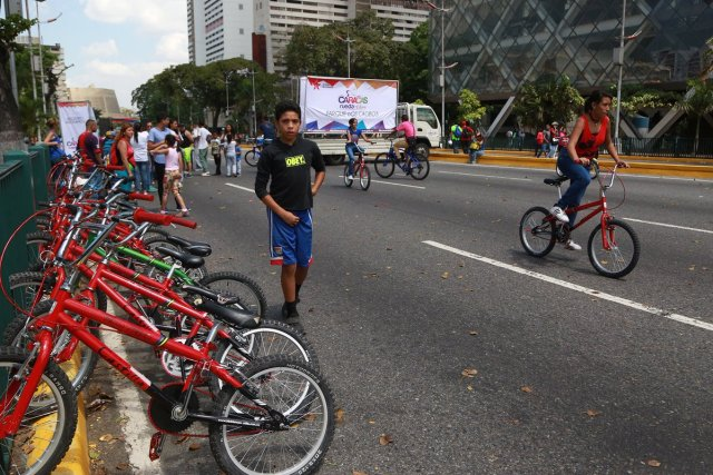 El Gobierno realiza una actividad deportivo -recreativa en la avenida Bolívar de Caracas en respaldo a la Constituyente de Maduro. Foto: @rivasangelo