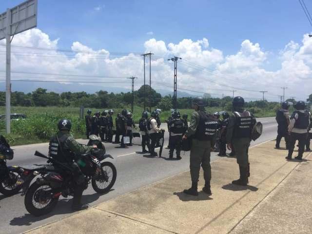 Contingente de la PNB y GNB impide paso de la manifestación de la oposición en la Autopista del Sur #Carabobo. #13May Fotos: @tvcarlosdiaz
