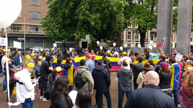 Venezolanos acompañados por Holandeses se manifiestan en La Haya contra dictadura de Maduro y piden fin a los asesinatos.