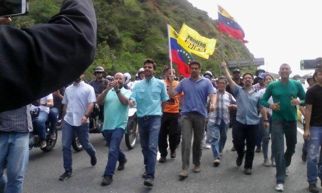 Oposición de Caracas se movilizó junto a los dirigentes hacia el estado Vargas. Foto: @jorgemillant