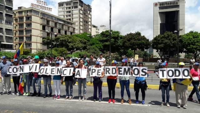 Oposición se concentra en la plaza Altamira para marchar hasta el ministerio de Interiores, Justicia y Paz / Foto: Eduardo Ríos - La Patilla
