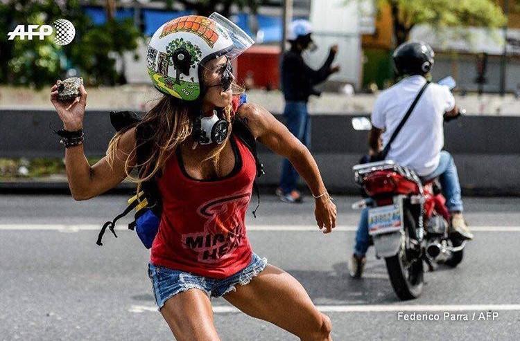 ¡Atención! Conoce a la sexy manifestante que tiene enamorado a todos en las protestas en Venezuela