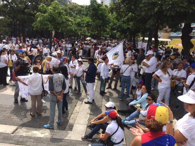 Mujeres comienzan a concentrarse en la Plaza Brión de Chacaito