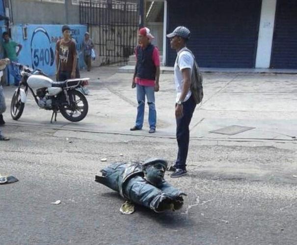 Queman y tumban estatua de Chavez en La Villa del Rosario en el estado Zulia