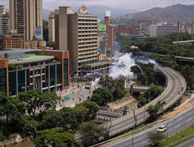 Funcionarios lanzan bombas lacrimógenas a manifestantes que se dirigían al CNE / Foto: @GiovaniChaconTw