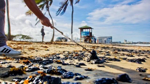 Restos de petróleo llegan a La Caracola. / Foto: DANIEL RAMIREZ | @fotodan42