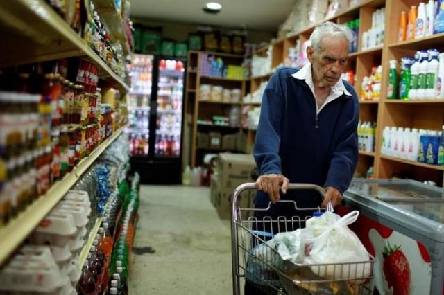 Una persona realizando compras en un supermercado en Caracas, mar 9, 2017. Los precios en Venezuela casi se han duplicado en los primeros cuatro meses del año, según un cálculo de la Asamblea Nacional, que busca suplir el vacío que dejaron el Banco Central y el Gobierno, que no han informado cifras oficiales de la economía desde hace más de un año.  REUTERS/Carlos Garcia Rawlins