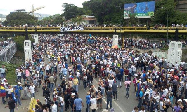 Manifestantes marchan por El Rosal hacia el CNE / Foto: Régulo Gómez