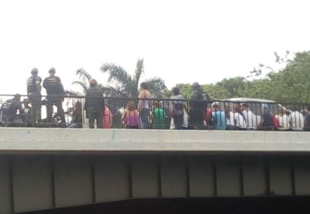 Jóvenes detenidos en el Distribuidor El Trigal, en Valencia, estado Carabobo este #10May / foto @LABC7