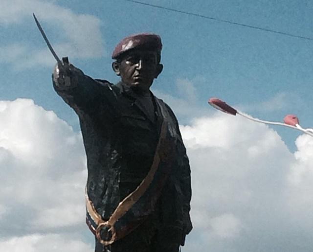 Estatua de Chávez en Pariaguán antes de ser derrumbada
