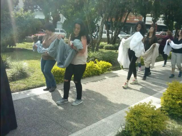 Estudiantes ULA escenifican el dolor de las madres por sus hijos muertos / Foto: @leoperiodista