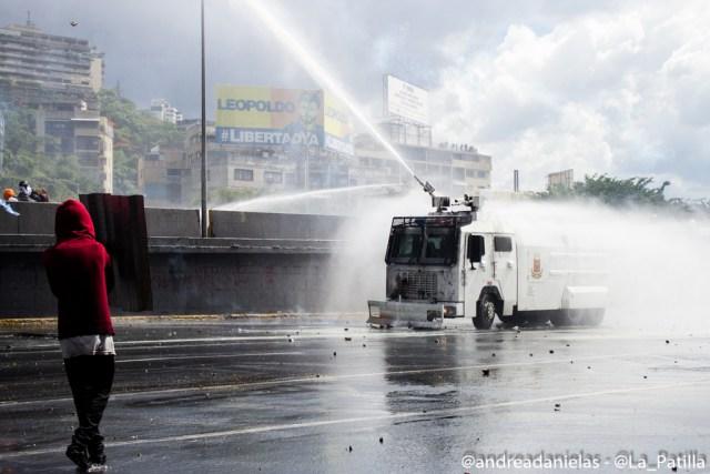 Una fuerte represión se ejecutó este lunes en la Fajardo. Foto: Andrea Sandoval / LaPatilla.com