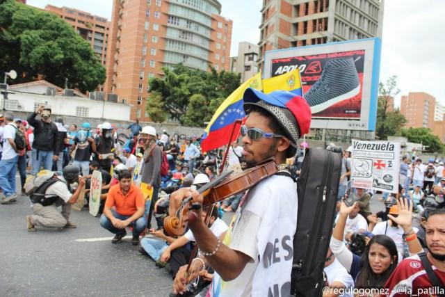 El violinista fue atacado brutalmente por una ballena de la GN. Foto: Régulo Gómez / LaPatilla.com
