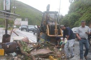Retiran escombros de la carretera Panamericana a la altura de Carrizal