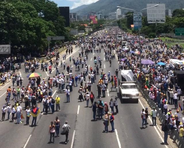 Manifestantes camino al distribuidor Los Ruices