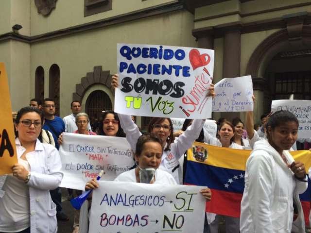 Médicos y personal de los hospitales salieron a las calles a exigir medicinas e insumos para los pacientes