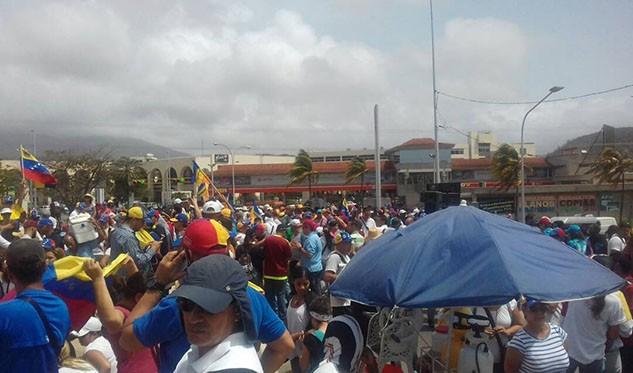 Foto: Manifestantes en distribuidor de Los Robles / Sabrina Salazar