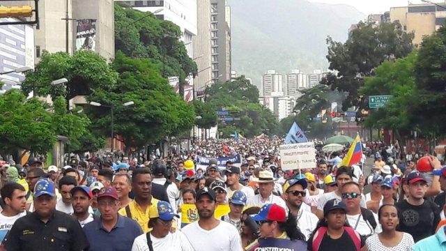 Oposición marcha hasta el CNE en defensa del voto / Foto: Eduardo Ríos - La Patilla