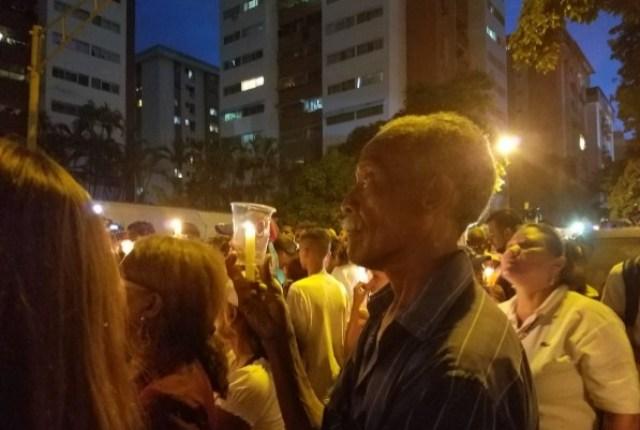 Desafiando la roja oscuridad, Venezuela se manifiesta en honor a los caídos en protestas. Fotos: Usuarios Redes sociales