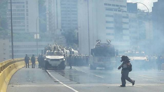 Reprimen con lacrimógenas a manifestantes en la Francisco Fajardo / Foto: Eduardo Ríos La Patilla