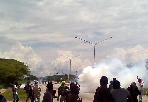 Tras llegar caravana de opositores a La Encrucijada de Carabobo, la GNB y PNB comenzaron a arrojar bombas lacrimógenas.Foto @manuel_barroeta