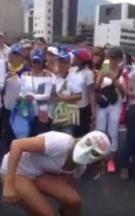 Mujer se quita los pantalones en plena marcha de este #6May