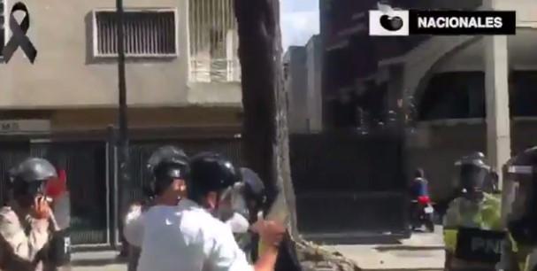 Diputado Guzmán es agredido por la PNB (Captura)