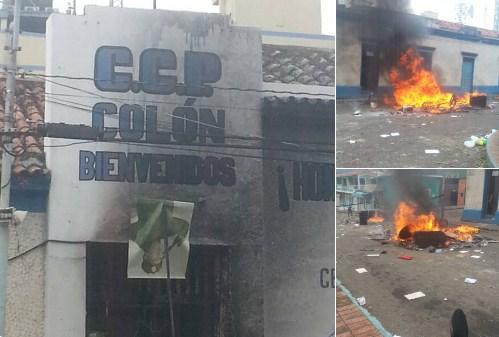 La fuerte represión contra los manifestantes que rechazaban los dos asesinatos de este lunes, derivó en actos vandálicos. Quemaron la sede de la Policía en San Juan de Colón y la prefectura. Foto: @WilleidaGarcia