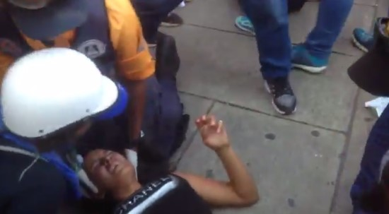 Una de las arrolladas fue atendida por paramédicos (Captura @GabyGabyGG)