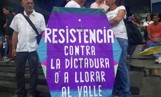 El señor del papagayo hace presente en la manifestación de este #24May