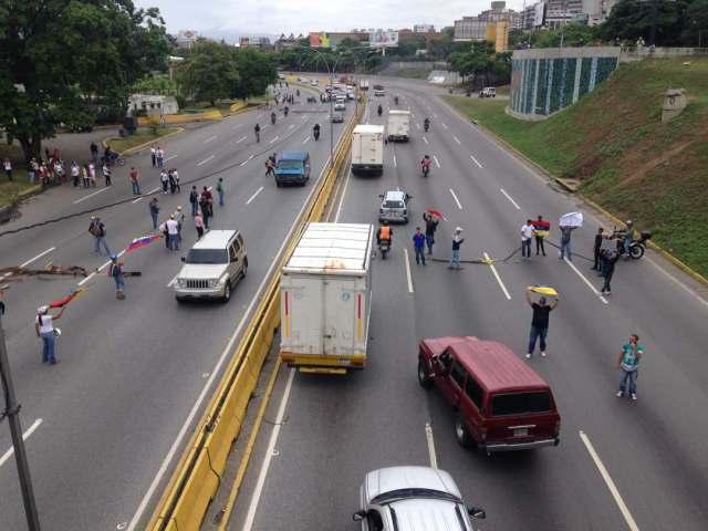 manifestantes intentan cerrar los dos sentidos de la autopista / Foto: @menamary