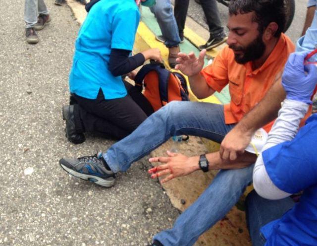 El dirigente fue impactado por una lacrimógena en una de sus manos. Foto: @caraboboadiario