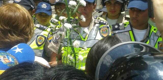Piquete de la PNB impide la marcha Foto: @eveortamarron