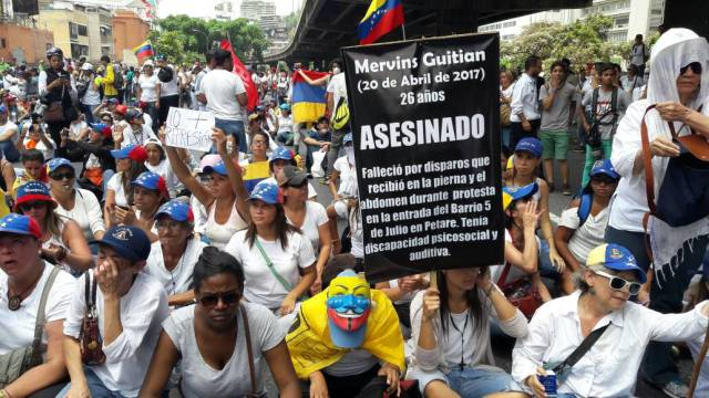 Mujeres opositoras se plantan en la autopista Francisco Fajardo