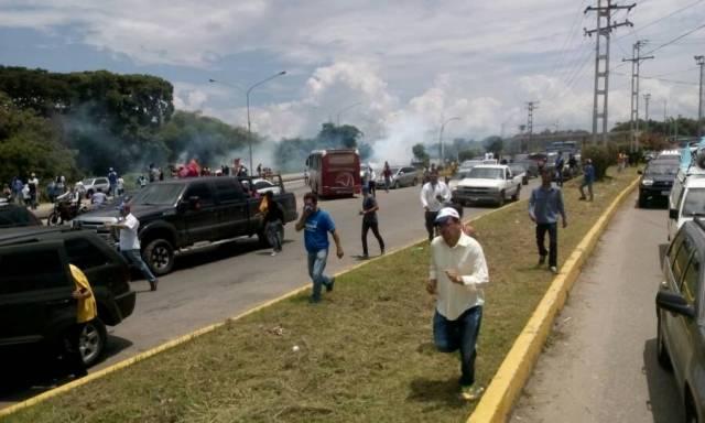 Bombas lacrimógenas fueron lanzadas contra manifestantes en Carabobo. Foto: @brianrojasg