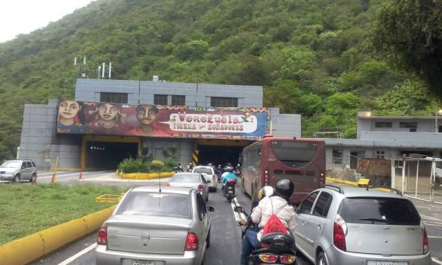 Caravana de la oposición a la altura de la autopista Caracas - La Guaira/ Foto: Régulo Gómez - La Patilla