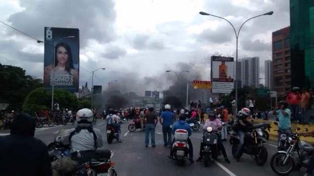 Represión en la autopista Francisco Fajardo #13May Foto Jesus Rojas