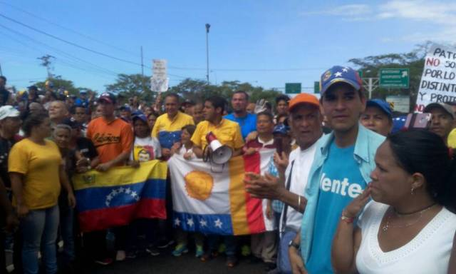 Así esperaban los varguenses a la movilización de Caracas. Foto: Régulo Gómez /Lapatilla.com