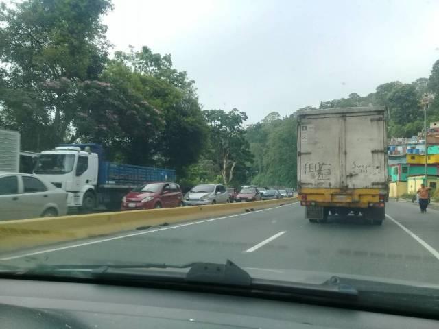 Alcabala de la GNB genera cola en Hoyo de La Puerta. Foto: Carlos Arana / LaPatilla.com