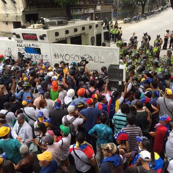 Manifestantes toman rumbo hacia la autopista Francisco Fajardo (Foto: Jesús Medina)