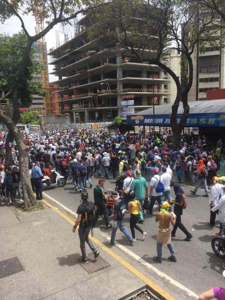Manifestantes toman rumbo hacia la autopista Francisco Fajardo (Foto: Esteninf Olivares)