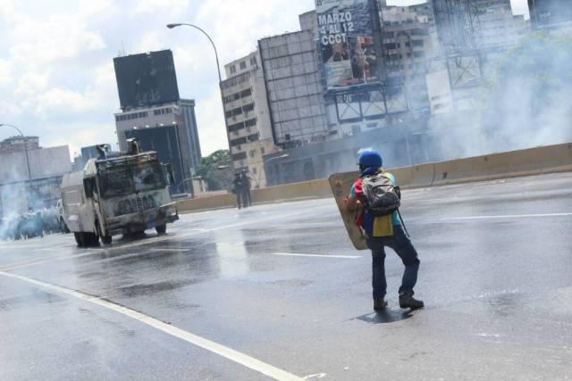 La brutal represión con ballenas contra los manifestantes en Caracas. Foto: régulo Gómez / LaPatilla.com