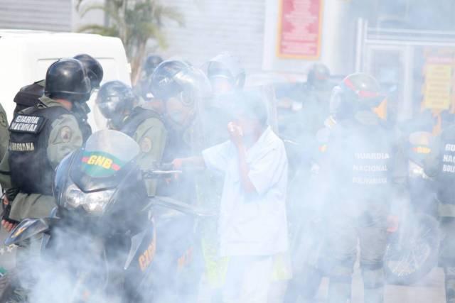Cuerpos de seguridad no dan respiro a manifestantes en Las Mercedes. Foto: Régulo Gómez / LaPatilla