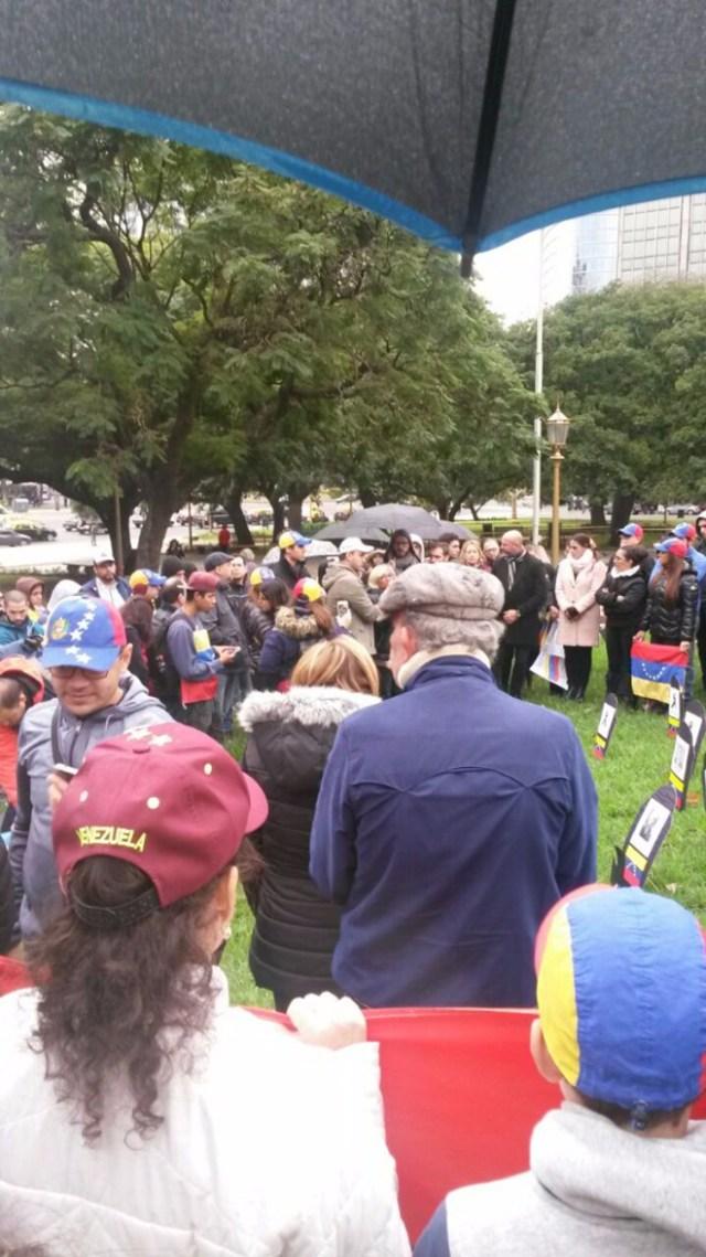 Venezolano protestando en Buenos Aires / @miguelgarcia2806 Venezolanos protestando en Buenos Aires / @miguelgarcia2806