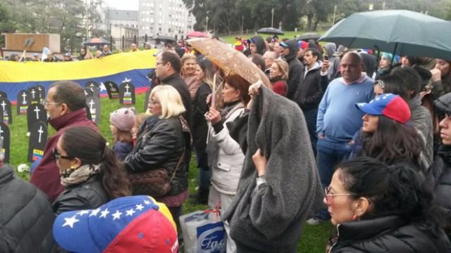 Venezolano protestando en Buenos Aires / @miguelgarcia2806