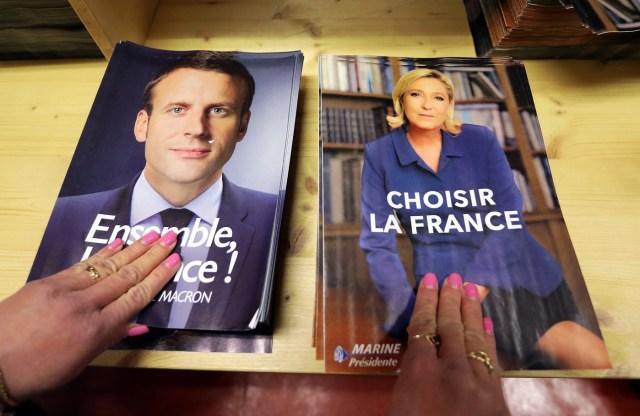 """Funcionarios preparan documentos electorales para las elecciones presidenciales francesas en Niza, Francia. 3 de mayo 2017. Los votantes franceses pueden esperar un combate verbal """"mano a mano"""" cuando el candidato de centro Emmanuel Macron y la ultraderechista Marine Le Pen se enfrenten el miércoles en un debate televisivo, su último encuentro antes de la segunda vuelta del domingo en la que se elegirá al próximo presidente. REUTERS/Eric Gaillard"""