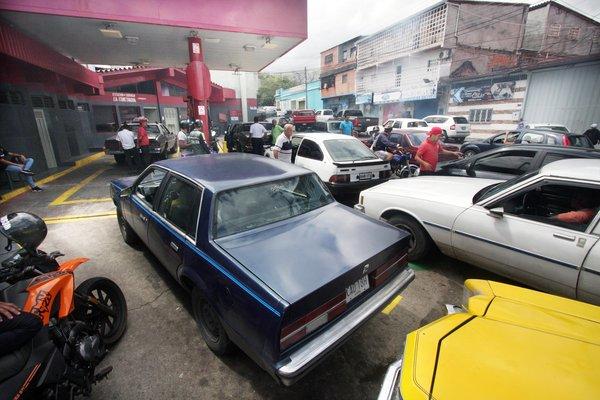 Largas colas en San Cristóbal para surtir gasolina / Foto La Nación