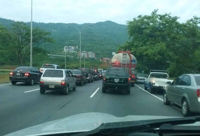 Larga cola en la autopista Guarenas-Caracas este #6May / Foto @IbettheP