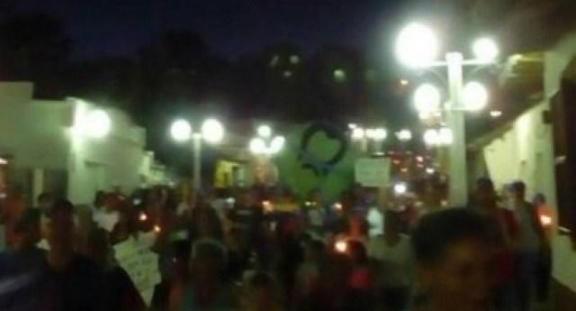 Desafiando la roja oscuridad, Venezuela se manifiesta en honor a los caídos en protestas