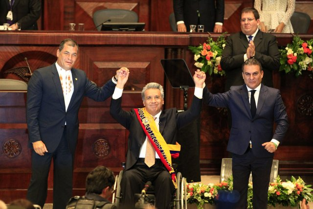 El expresidente Rafael Correa (i) junto al presidente de la Asamblea Nacional, Jose Serrano (d) y el nuevo presidente del Ecuador, Lenin Moreno (c), hoy, miércoles 24 de mayo de 2017, en la Asamblea Nacional, en Quito (Ecuador), durante el acto de toma de posesión como presidente constitucional de la República de Ecuador. EFE/Jose Jacome